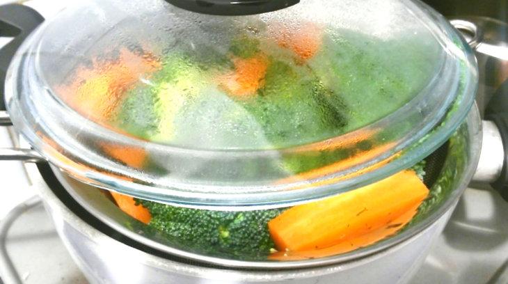 buharda pişmiş brokoli ve havuç salatası