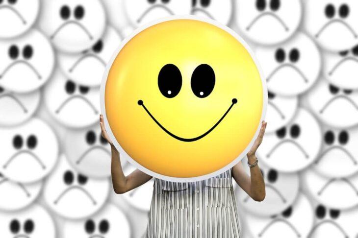 Gülümseyen Depresyona Dikkat: Mutlu Görünürken Depresyonda Olmak Mümkün